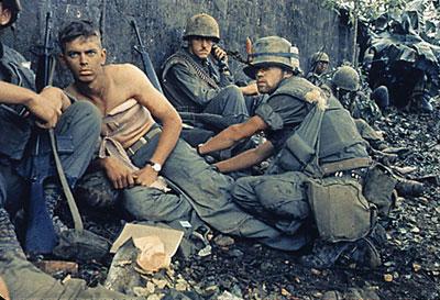 Những lính thủy quân lục chiến Mỹ bị kẹt trong cuộc tổng tấn công Tết Mậu thân của bộ đội Bắc việt ở Huế. Ảnh chụp hôm 6/2/1968. AFP photo